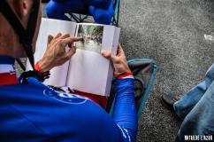 Valentin Madouas qui découvre les exploits de son père, ancien pro, dans un livre donné par un fan
