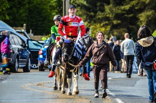 A cheval ou à vélo ? Tel est le dilemme pour Adrien Garel !